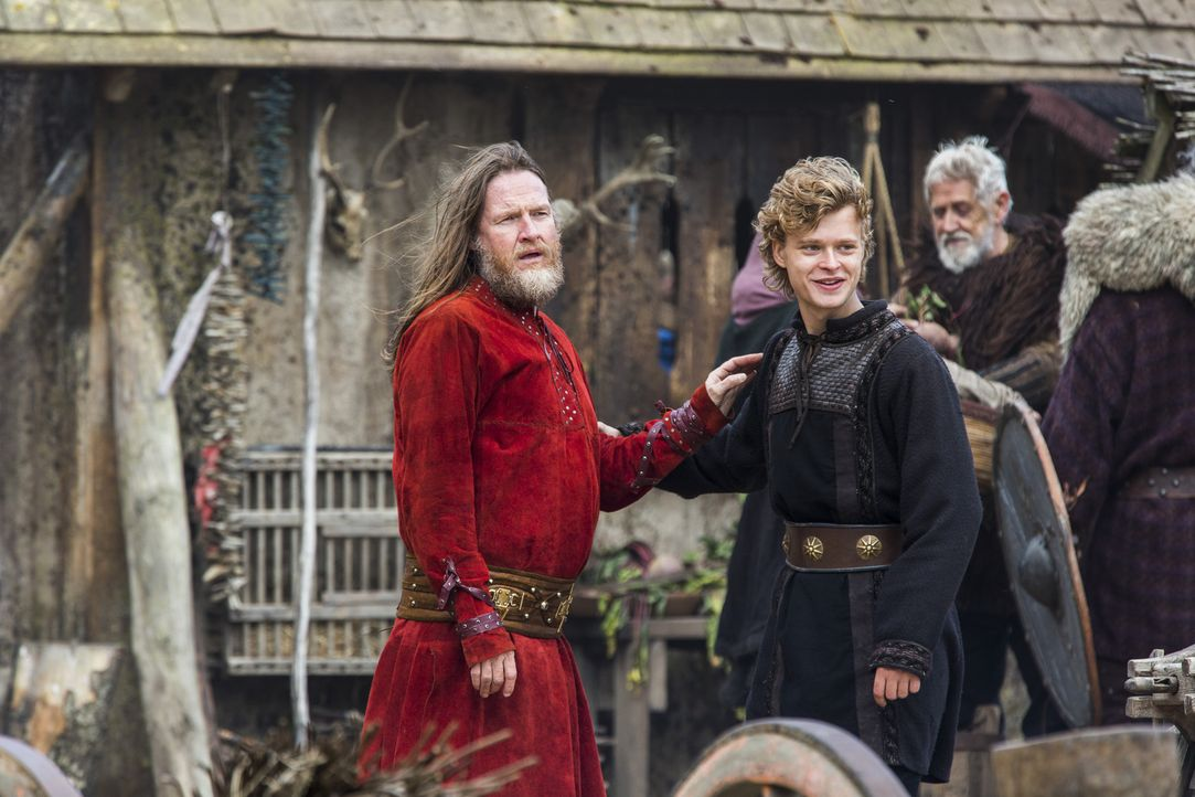 Führen nichts Gutes im Schilde: Horik (Donal Logue, l.) und sein Sohn Erlendur (Edvin Endre, r.) ... - Bildquelle: 2014 TM TELEVISION PRODUCTIONS LIMITED/T5 VIKINGS PRODUCTIONS INC. ALL RIGHTS RESERVED.