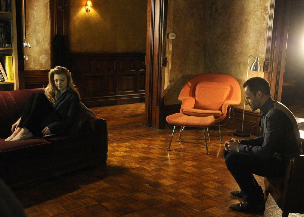 Macht sich große Sorgen um Irene (Natalie Dormer, l.): Sherlock Holmes (Jonny Lee Miller, r.) ... - Bildquelle: CBS Television