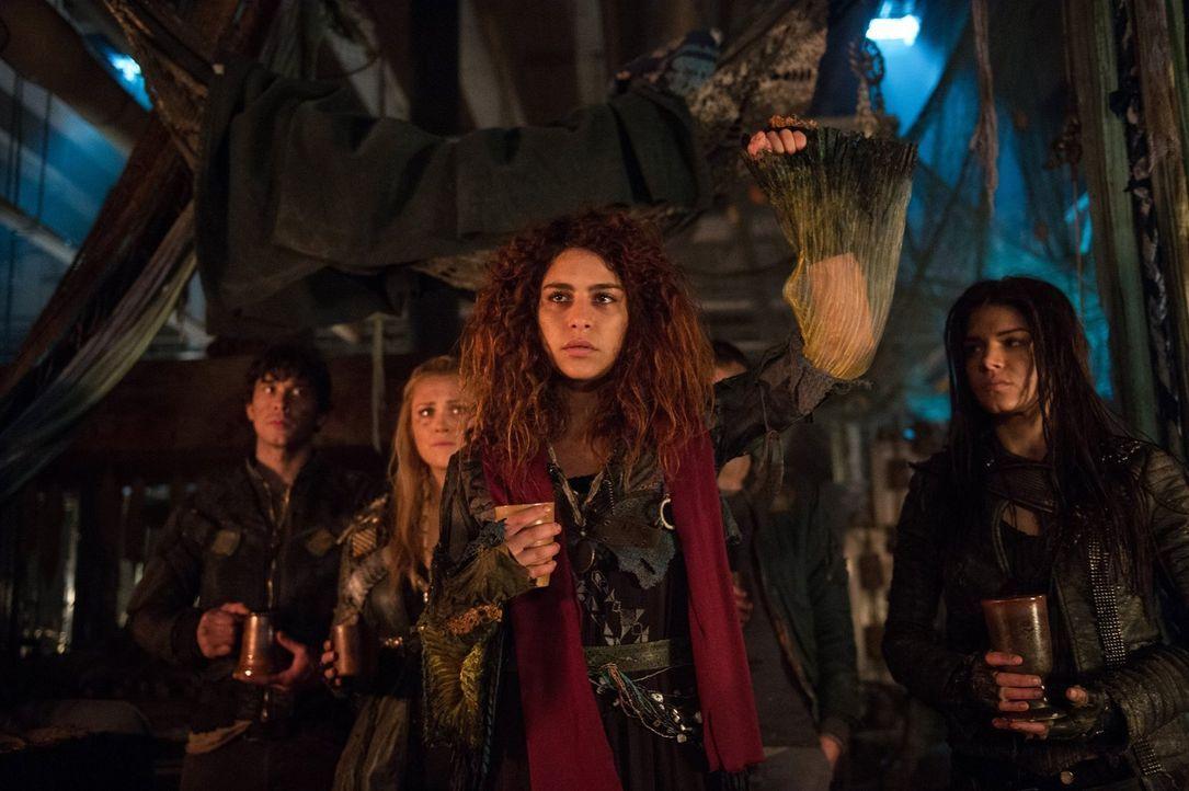 Eine böse Überraschung wartet auf Clarke (Eliza Taylor, 2.v.l.), Luna (Nadia Hilker, 2.v.r.), Bellamy (Bob Morley, l.) und Octavia (Marie Avgeropoul... - Bildquelle: 2014 Warner Brothers