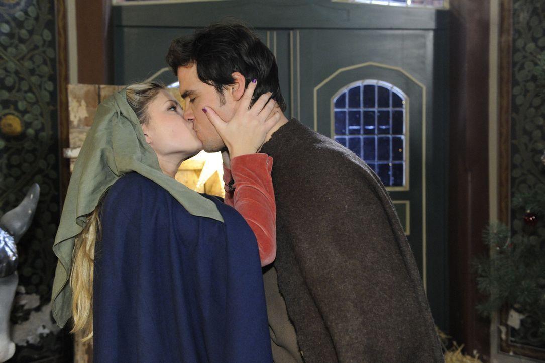 Geben vor, dass der Kuss keine Bedeutung hat: Mia (Josephine Schmidt, l.) und Alexander (Paul Grasshoff, r.) ... - Bildquelle: SAT.1