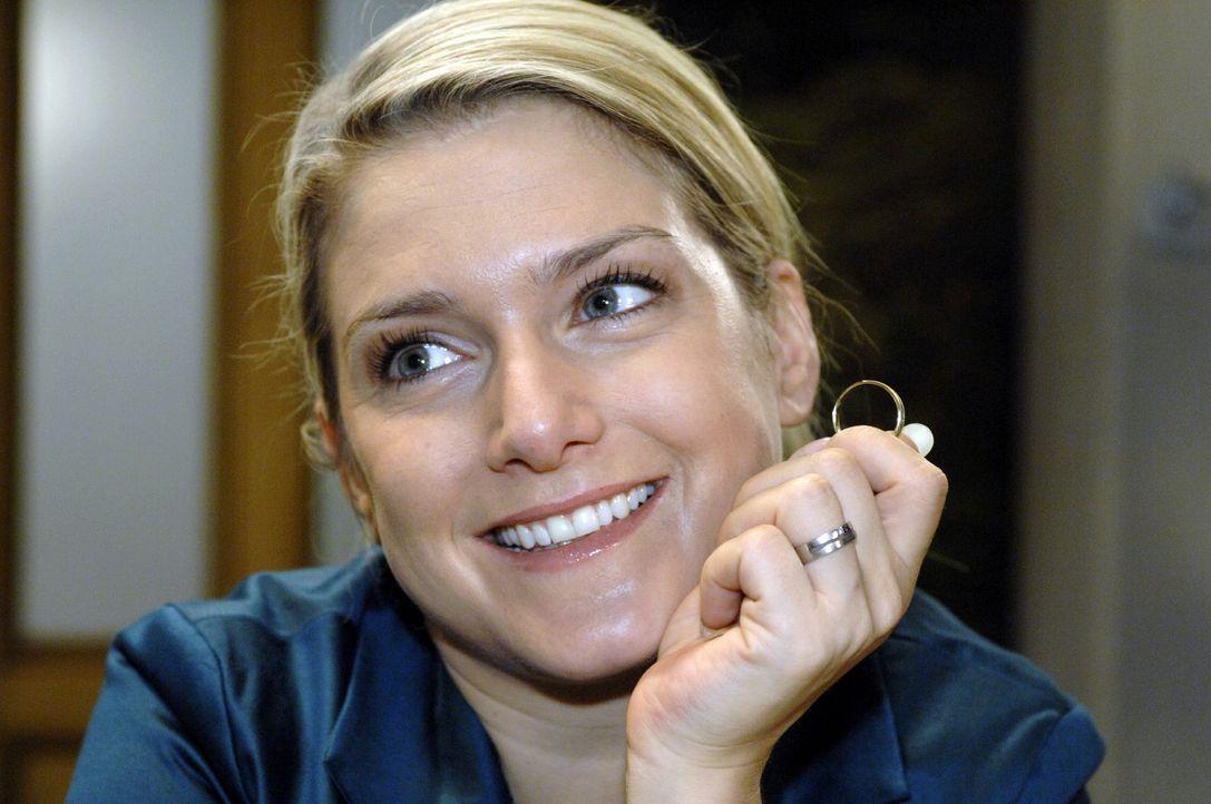 Auf der Suche nach dem richtigen Ring: Anna (Jeanette Biedermann) - Bildquelle: Oliver Ziebe Sat.1