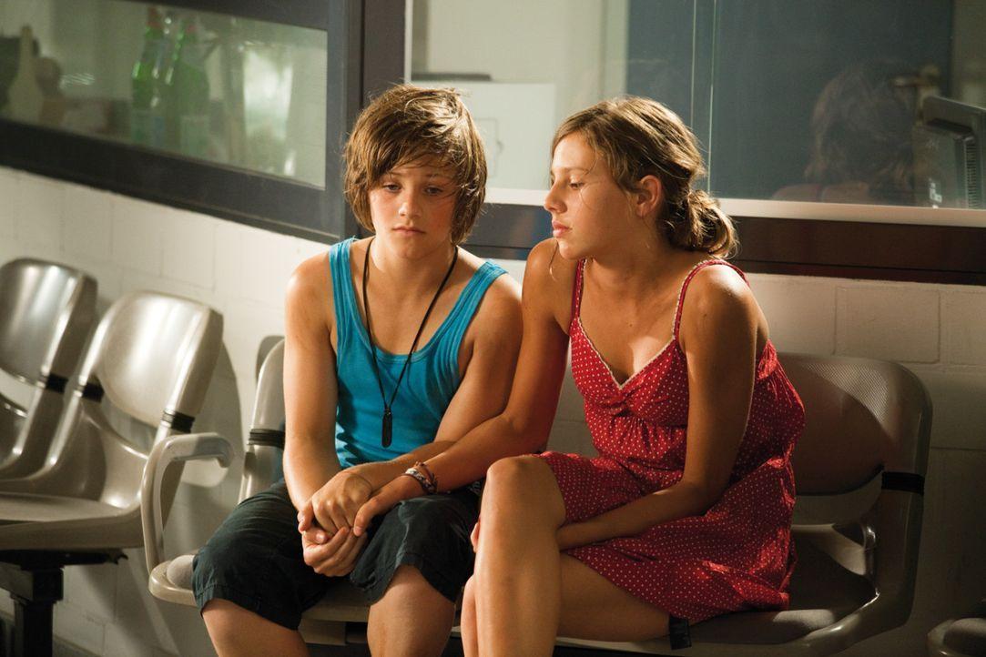 Hannes (Nick Romeo Reimann, l.) und Maria (Leonie Tepe, r.) bangen um das Leben ihres Freundes ... - Bildquelle: Constantin Film Verleih GmbH.