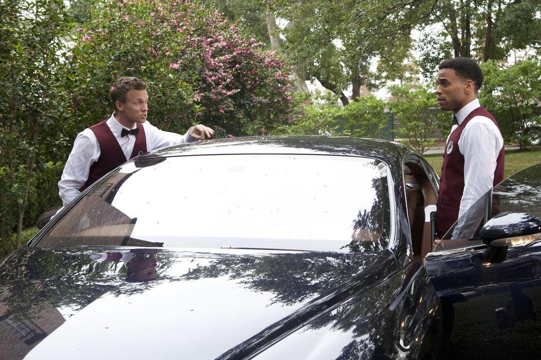 Sollen einen Verbrecherring aufdecken, der teure Fahrzeuge stiehlt: Wes Mitchell (Warren Kole, l.) und Travis Marks (Michael Ealy, r.) ... - Bildquelle: 2012 USA Network Media, LLC