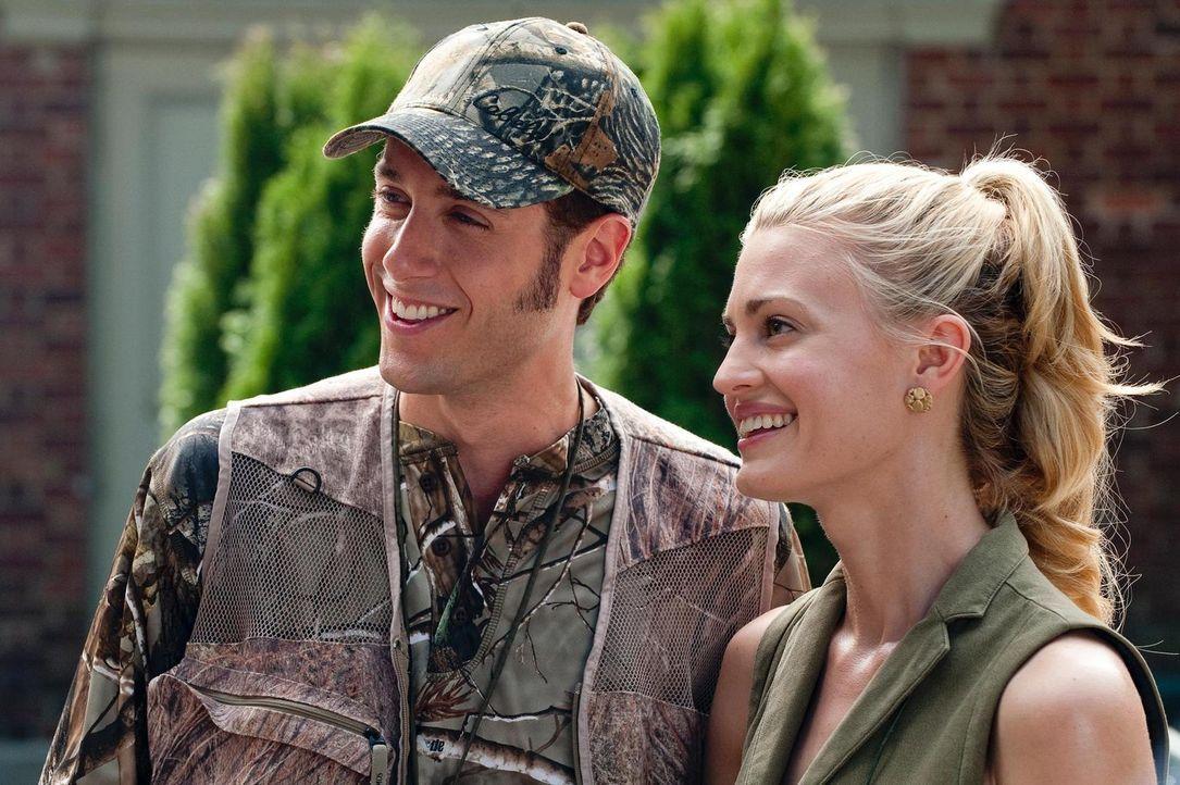 Paige (Brooke D'Orsay, r.) hat sich von ihrem Lebensgefährten getrennt und heuert Evan (Paulo Costanzo, l.) erneut als falschen festen Freund an ... - Bildquelle: Universal Studios