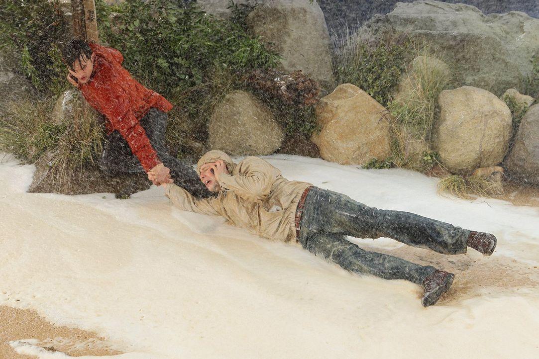 Unterwegs zum Drugstore wird Alan (Jon Cryer, r.) beinahe von einem Sturzbach weggespült und kämpft mit Hilfe von Walden (Ashton Kutcher, l.) um sei... - Bildquelle: Warner Brothers Entertainment Inc.