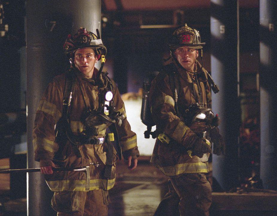 Wie immer arbeiten der junge Feuerwehrmann Jack Morrison (Joaquin Phoenix, l.) und der sein erfahrener Chef Captain Mike Kennedy (John Travolta, r.)... - Bildquelle: Buena Vista International.  All Rights Reserved