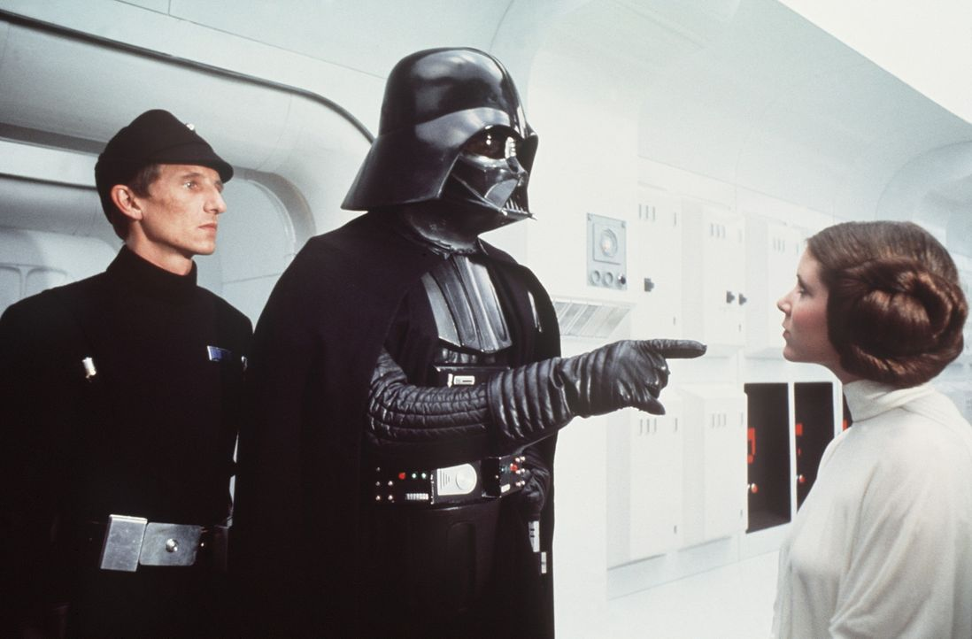 Um an wichtige Informationen zu gelangen, entführt der grausame Darth Vader (David Prowse, M.) die schöne Prinzessin Leia (Carrie Fisher, r.) ... - Bildquelle: Lucasfilm LTD. & TM. All Rights Reserved.