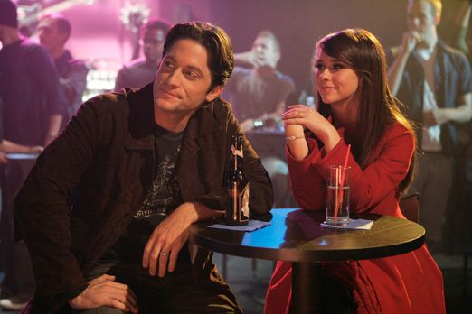 Ghost Whisperer - Melinda (Jennifer Love Hewitt, r.) und Jim (David Conrad, l...