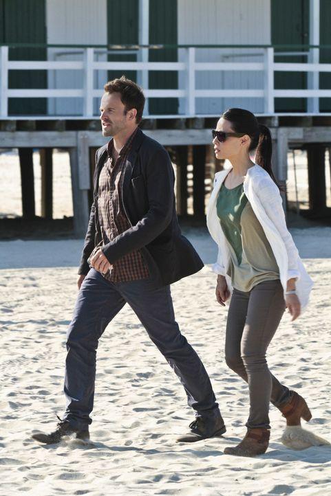 Gemeinsam gehen sie auf Spurensuche in einem neuen Mordfall: Sherlock Holmes (Jonny Lee Miller, l.) und Joan Watson (Lucy Liu, r.) ... - Bildquelle: CBS Television