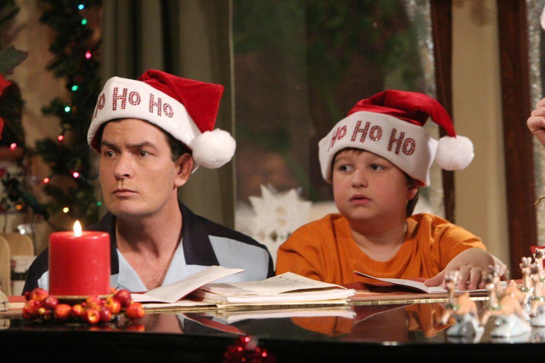 Auf gar keinen Fall dürfen Charlie (Charlie Sheen, l.) und Jake (Angus T. Jones, r.) Sandys Weihnachtsrituale missachten ? - Bildquelle: Warner Brothers Entertainment Inc.
