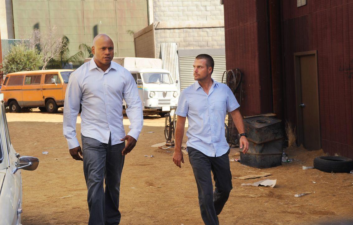 Nach einer gemeinsamen Operation von NCIS und der CIA wird Sam (LL Cool J, l.) im Sudan vermisst. Callen (Chris O'Donnell, r.) und das restliche Tea... - Bildquelle: CBS Studios Inc. All Rights Reserved.