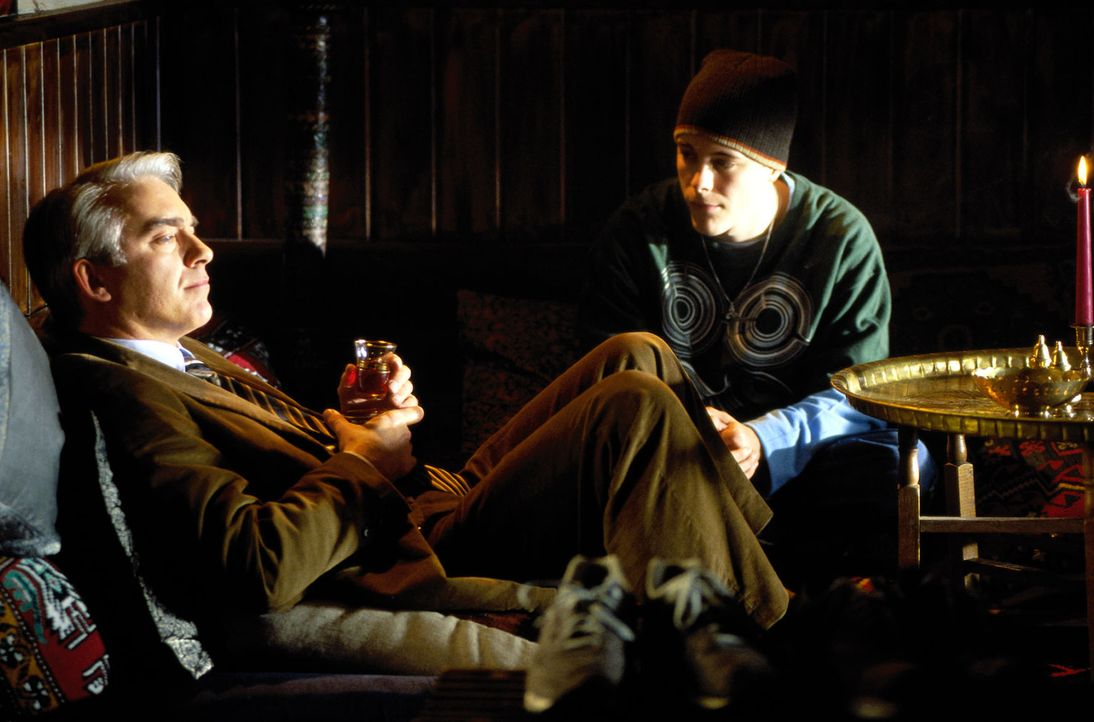 Felix (Christoph M. Ohrt, l.) kümmert sich um seinen jungen Mandanten Murat (Tristano Casanova, r.). Dem Sprayer droht eine Gefängnisstrafe ... - Bildquelle: Hardy Spitz Sat.1