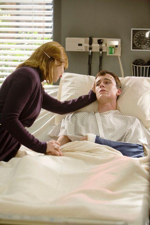 Elena Bancroft (Sharon Lawrence, l.) besucht ihren Sohn Devin (Ryan Kelley, r.) im Krankenhaus ... - Bildquelle: ABC Studios