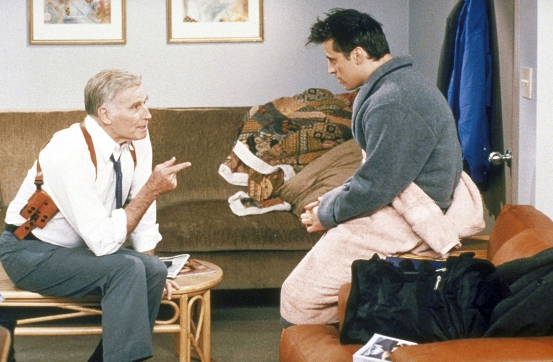 Joey (Matt LeBlanc, r.) wird von Charlton Heston (Charlton Heston, l.) erwischt, wie er dessen private Dusche auf dem Film-Set benutzt ... - Bildquelle: TM+  2000 WARNER BROS.