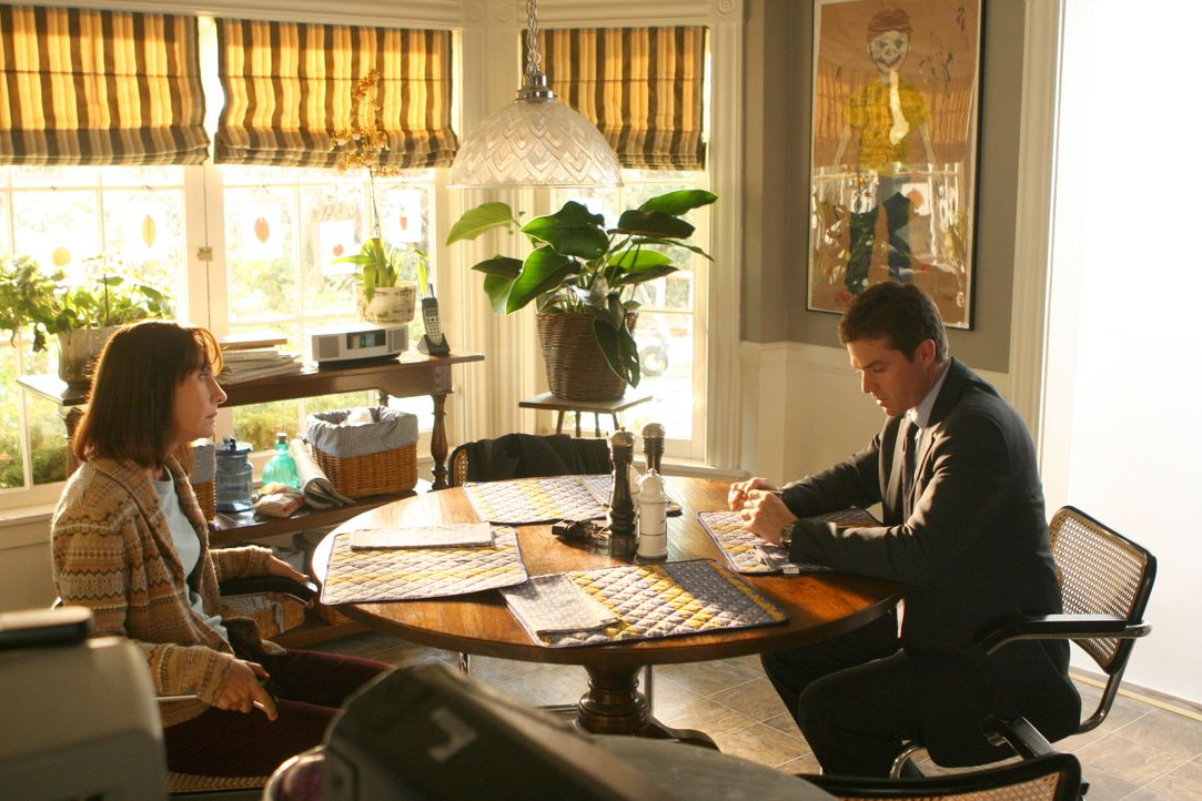 Martin Fitzgerald (Eric Close, r.) unterhält sich mit Susan (Laurie Metcalf, l.), der Mutter des verschwundenen Shawn ... - Bildquelle: Warner Bros. Entertainment Inc.