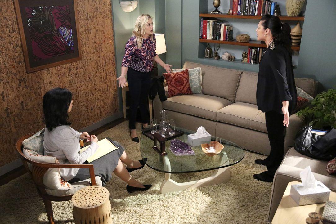 Kann die Therapeutin Dr. Dawson (Rose Abdoo, l.) die unglückliche Beziehung von Callie (Sara Ramirez, r.) und Arizona (Jessica Capshaw, M.) retten? - Bildquelle: ABC Studios