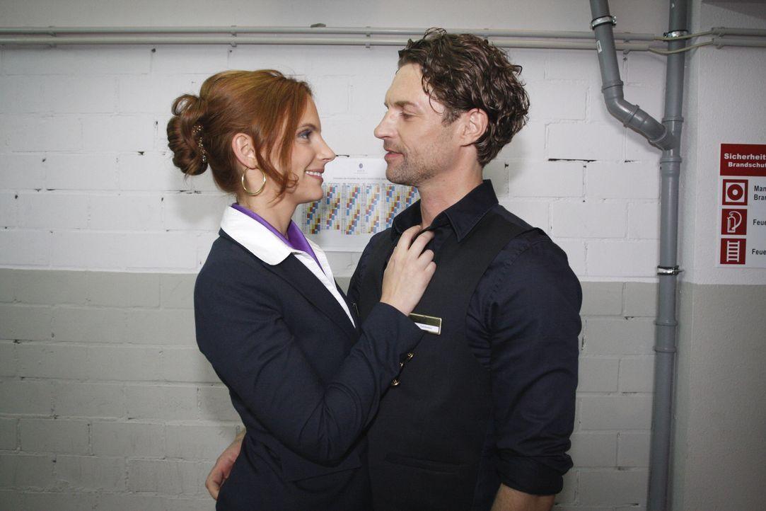 Manu (Marie Zielcke, l.) genießt die Leichtigkeit ihres Liebesglücks mit Toni (Ron Holzschuh, r.) ... - Bildquelle: SAT.1