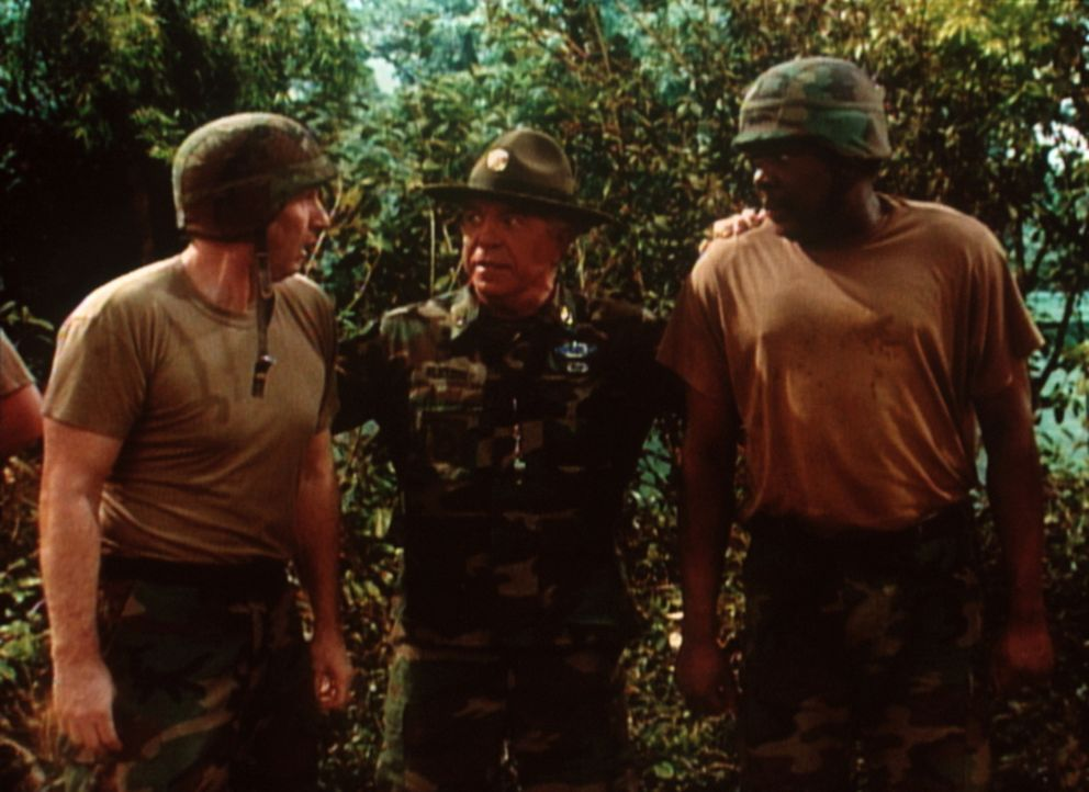 Was als Spaß begann, endet lebensgefährlich: Al (Ed O'Neill, l.) und Griff (Harold Sylvester, r.) müssen dem Sergeant (J. J. Johnston, M.) in allem... - Bildquelle: Sony Pictures Television International. All Rights Reserved.