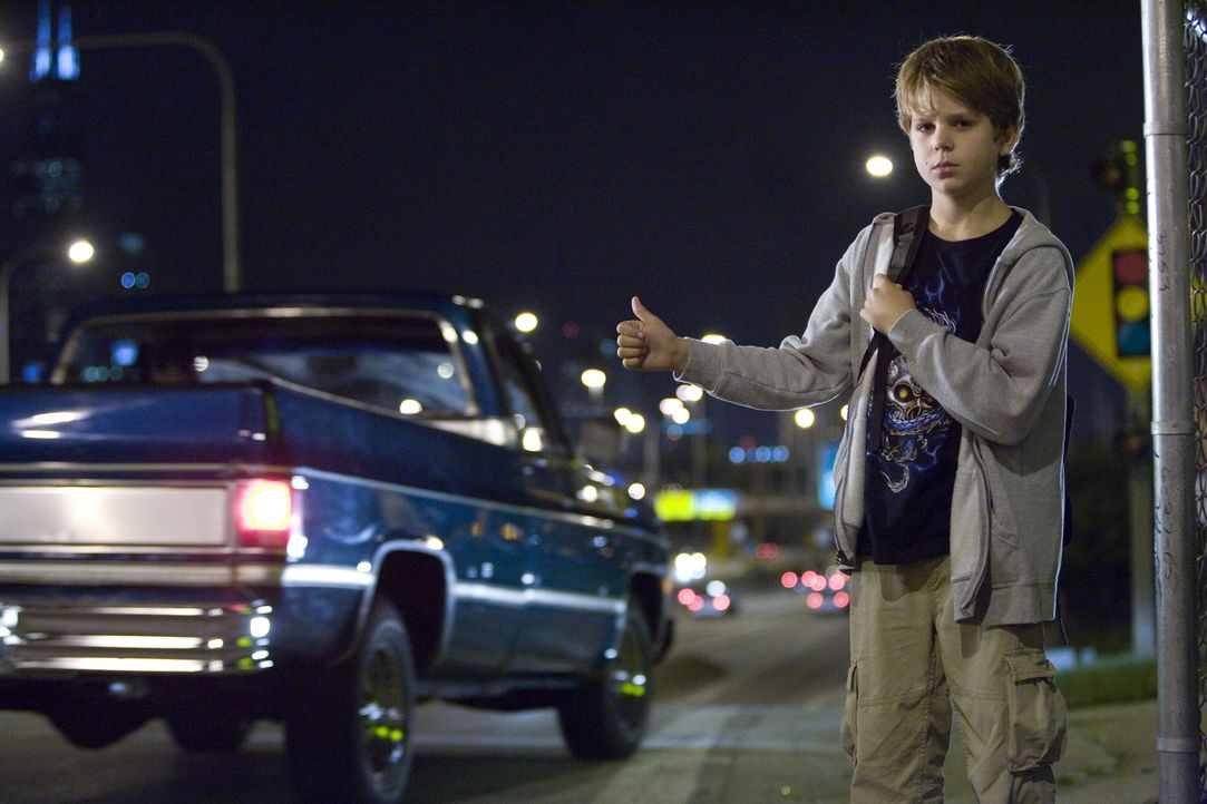 Alex (Oliver Davis), der nicht weiß, dass Steve im Gefängnis sitzt, will seinen Dad besuchen. Er stiehlt Sams Kreditkarte und haut heimlich ab ... - Bildquelle: Warner Bros. Television