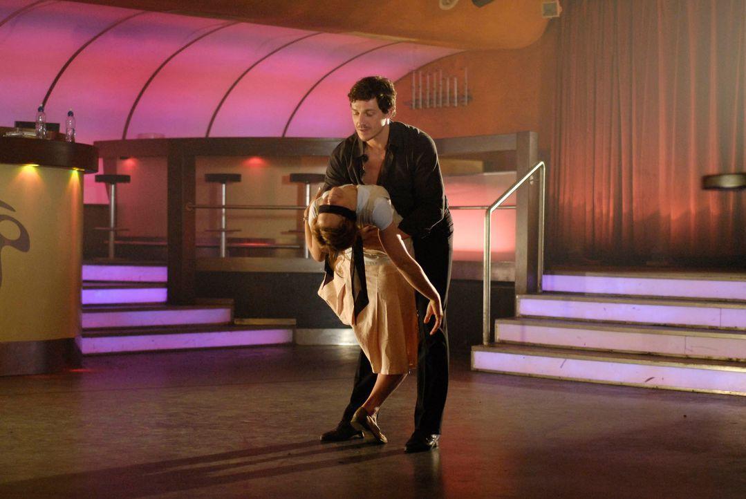 Valerie (Rhea Harder, l.) beginnt, bei Fernandez (Markus Brandl, r.) Salsa-Stunden zu nehmen. Schon bald flirtet sie heftig mit ihrem charmanten Leh... - Bildquelle: Marco Nagel ProSieben