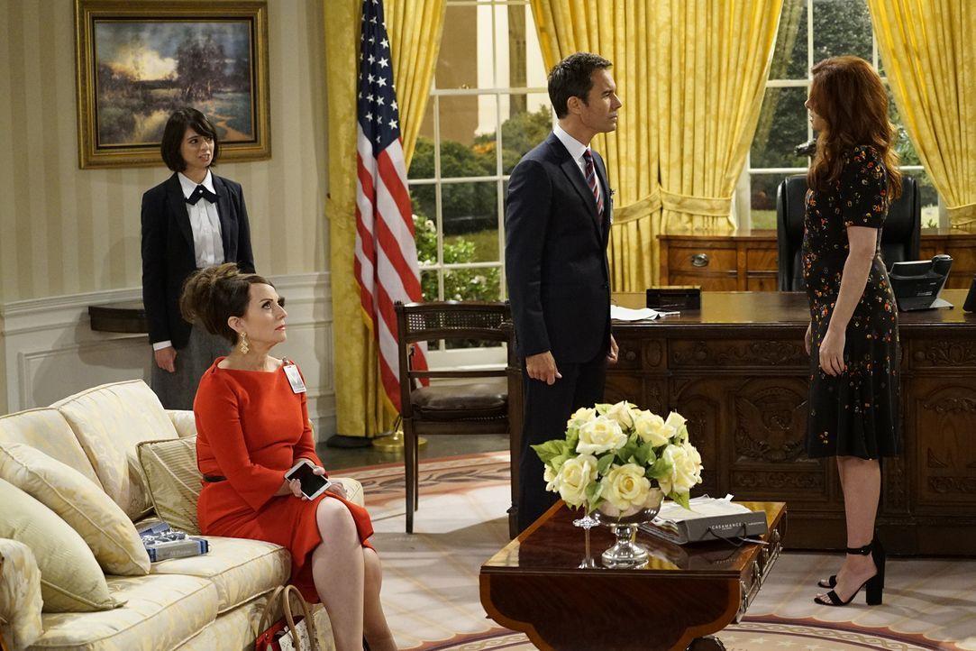 Eigentlich sollte Page (Kate Micussi, l.), eine Angestellte des Weißen Hauses, Will (Eric McCormack, 2.v.r.) lediglich eine Tour geben, doch dann tr... - Bildquelle: Chris Haston 2017 NBCUniversal Media, LLC