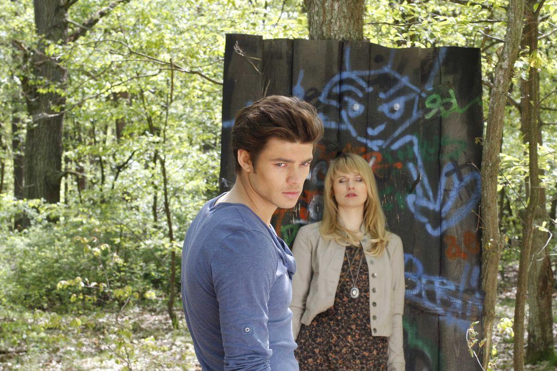 Jessica (Isabell Ege, r.) demonstriert Moritz (Eugen Bauder, l.), wie ungesund sein Verhalten ist ... - Bildquelle: SAT.1