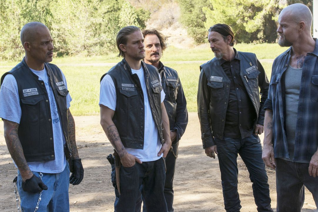 Die Zusammenarbeit mit Otis' (Luke Massey, r.) Gruppe gestaltet sich als schwierig. Happy (David Labrava, l.), Jax (Charlie Hunnam, 2.v.l.), Tig (Ki... - Bildquelle: Prashant Gupta 2013 Twentieth Century Fox Film Corporation and Bluebush Productions, LLC. All rights reserved.