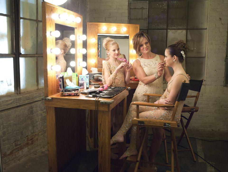Während Paige (l.) immer weiter aus dem Scheinwerferlicht verschwindet, hofft Kelly (M.) darauf, dass Brooke (r.) bei den Nationals ein Solo tanzen... - Bildquelle: Richard McLaren 2012 A+E Networks