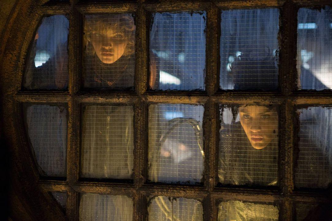 Selina (Camren Bicondova, l.) hilft Bridgit (Michelle Veintimilla, r.), an Geld zu kommen, damit sie die Stadt verlassen kann. Gemeinsam überfallen... - Bildquelle: Warner Brothers