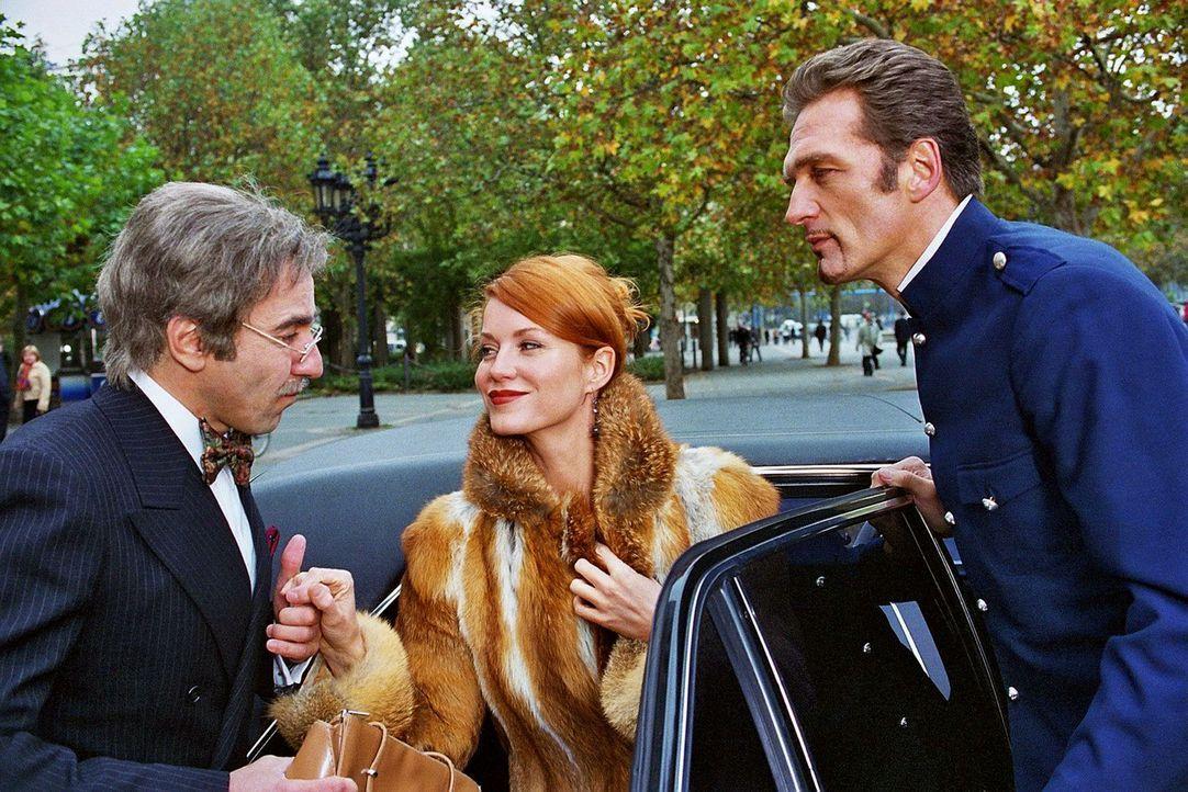 Sandra (Esther Schweins, M.) und René (Dieter Landuris, l.) haben die Diamanten getauscht. Max (Walter Sittler, r.) spielt den Chauffeur. - Bildquelle: Jacqueline Krause-Burberg Sat.1
