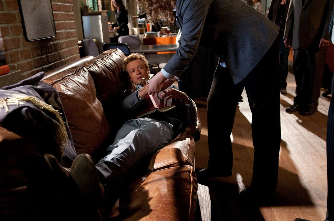 Muss Boscos Rache spüren: Patrick Jane (Simon Baker, l.) ... - Bildquelle: Warner Bros. Television