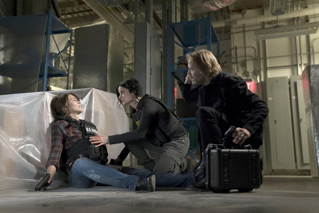 Um die angeschossene, schwangere Allie (Trieste Kelly Dunn, l.) und auch Jane (Jaimie Alexander, M.) in Sicherheit zu bringen, opfert sich Patrick (... - Bildquelle: Warner Brothers