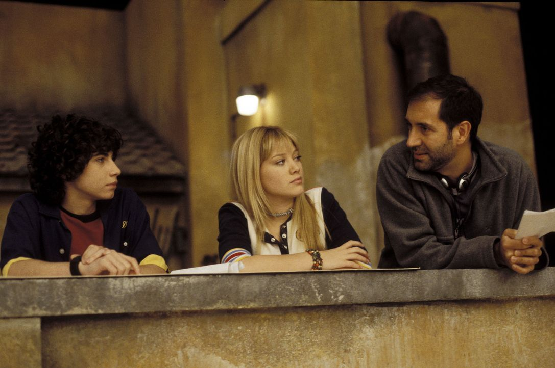 Drehpause für Regisseur Jim Fall, r. , Hauptdarstellerin Hilary Duff, M. und Adam Lamberg, l. - Bildquelle: Rob McEwan, Philippe Antonello Buena Vista Distribution