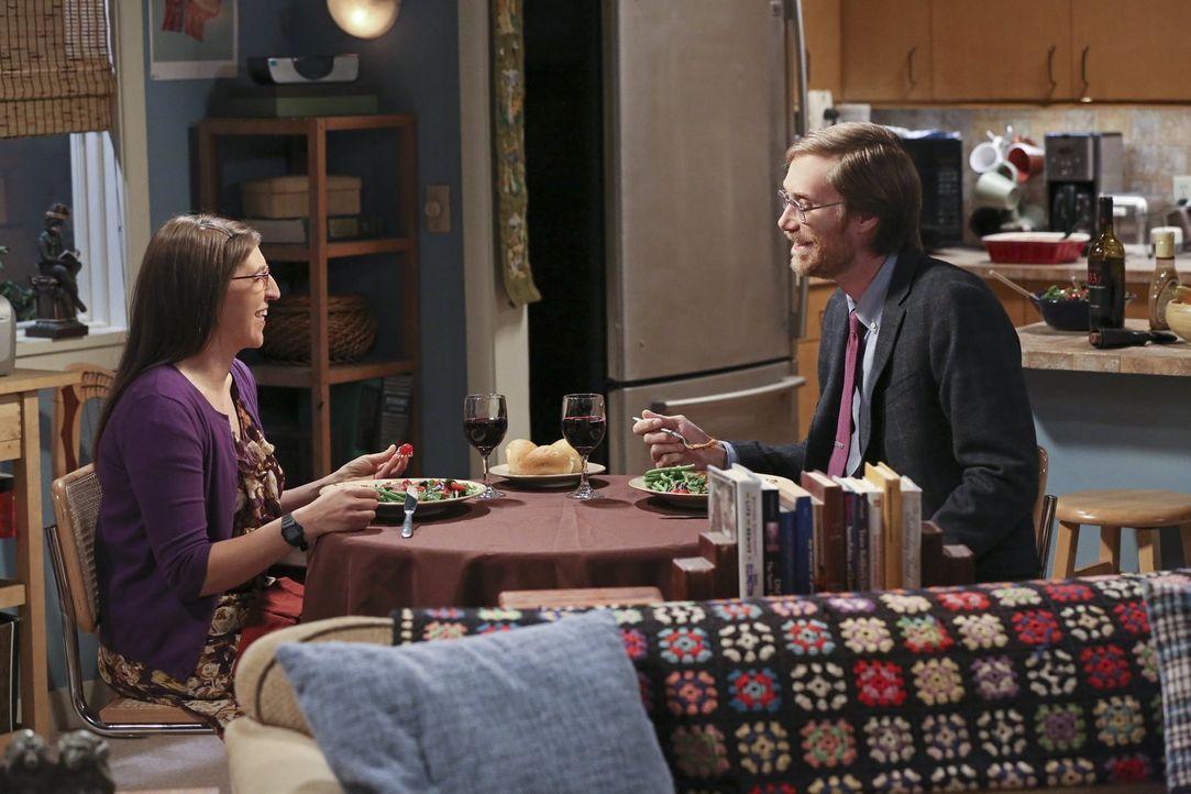 Während Sheldon von einem Ohrwurm geplagt wird, versucht Amy (Mayim Bialik, l.) herauszufinden, ob Dave (Stephen Merchant, r.) Lust auf ein weiteres... - Bildquelle: 2015 Warner Brothers