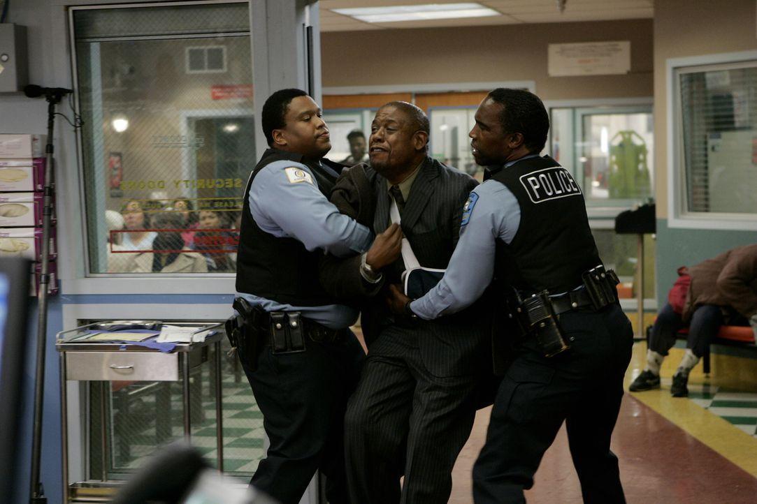 Curtis Ames (Forest Whitaker) ist Wut entbrannt und möchte mit Luka sprechen, dabei muss von zwei Polizeibeamten zurückgehalten werden ... - Bildquelle: Warner Bros. Television