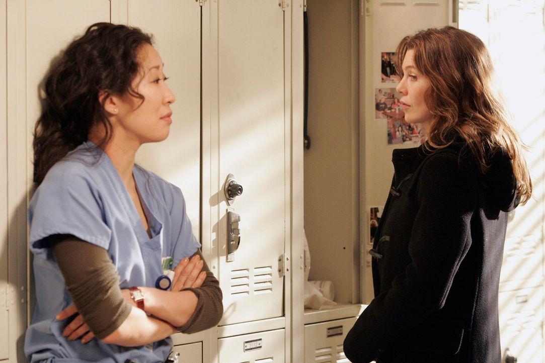 Cristina (Sandra Oh, l.) lässt in der Umkleide ihren Frust bei Meredith (Ellen Pompeo, r.) raus und erklärt, dass sie einen Weg finden muss, dass... - Bildquelle: Touchstone Television