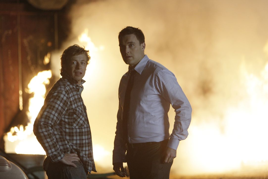 Ermitteln in einem neuen Mordfall: Patrick Jane (Simon Baker, l.) und Wayne Rigsby (Owain Yeoman, r.) ... - Bildquelle: Warner Bros. Television
