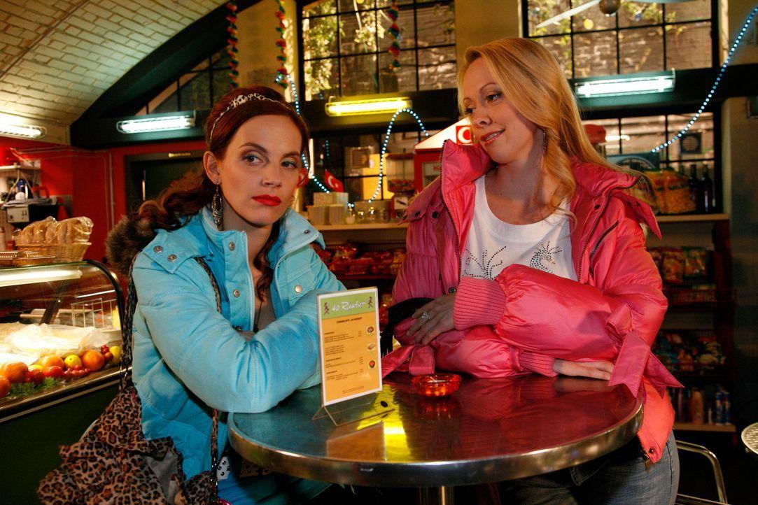 Manu (Marie Zielcke, l.) steckt in Geldnot, denn sie wird von Lindi (Miriam Heimann, r.) unter Druck gesetzt, Daniels Skifreizeit zu bezahlen. Wird... - Bildquelle: SAT.1