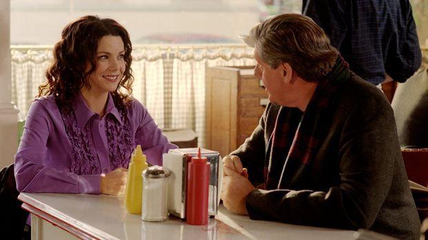 Ihre Mutter bittet Lorelai (Lauren Graham, l.), einen Tag mit Richard (Edward...