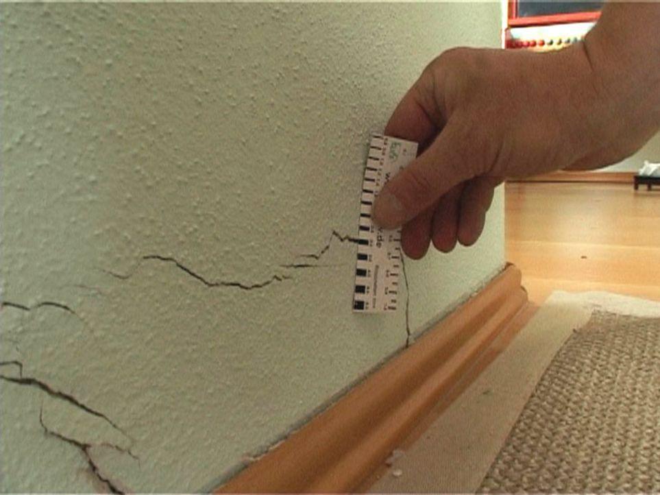 Gutachter Ubbelohde misst die Rissweiten im frisch bezogenen Haus. Sein Urteil: Pfusch am Bau! - Bildquelle: Sat.1
