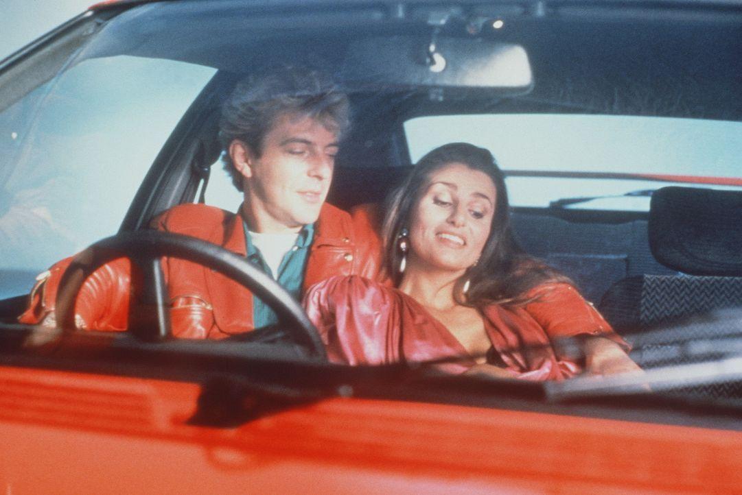 Mit seinem roten Sportwagen und der passenden Lederjacke hat der schöne Johnnie (Huub Stapel, l.) bei der gelangweilten Offiziersgattin Yolanda (Ap... - Bildquelle: Concorde Filmverleih GmbH