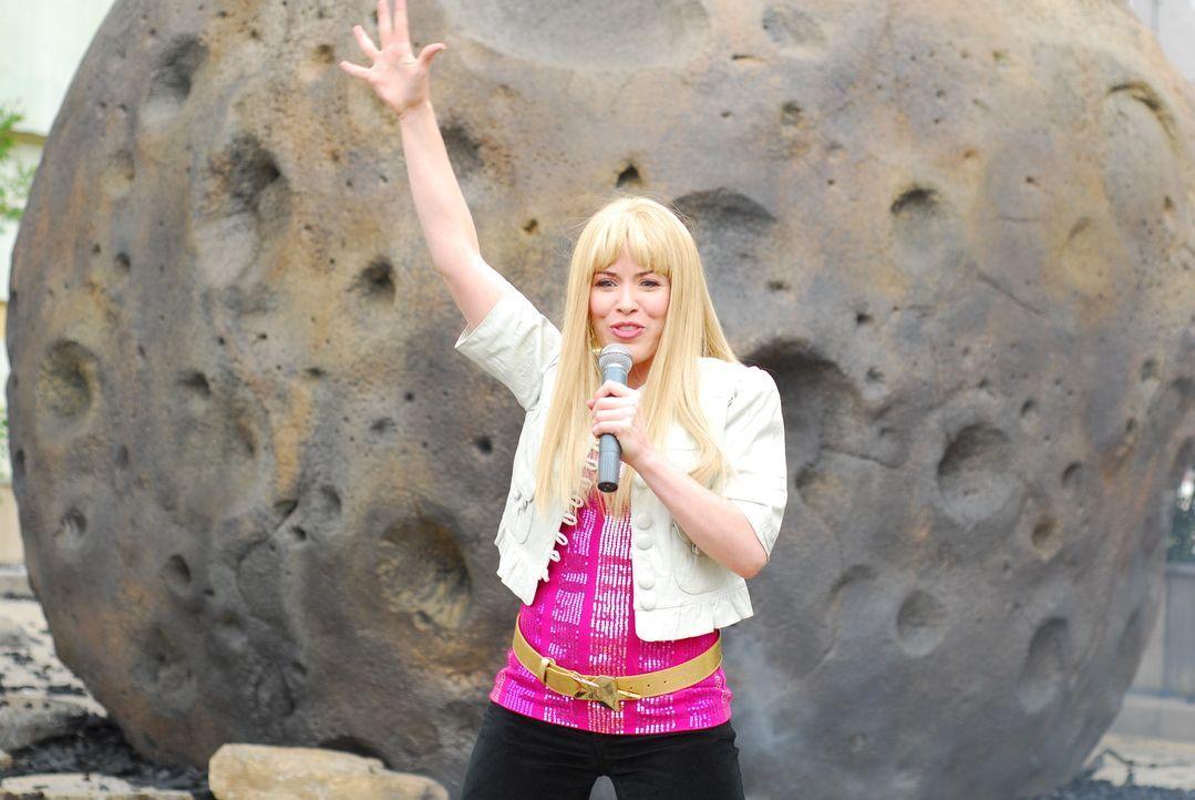Ein Meteorit stürzt auf die Erde - unglücklicherweise auf Hannah Montana (Crista Flanagan) ... - Bildquelle: Constantin Film Verleih