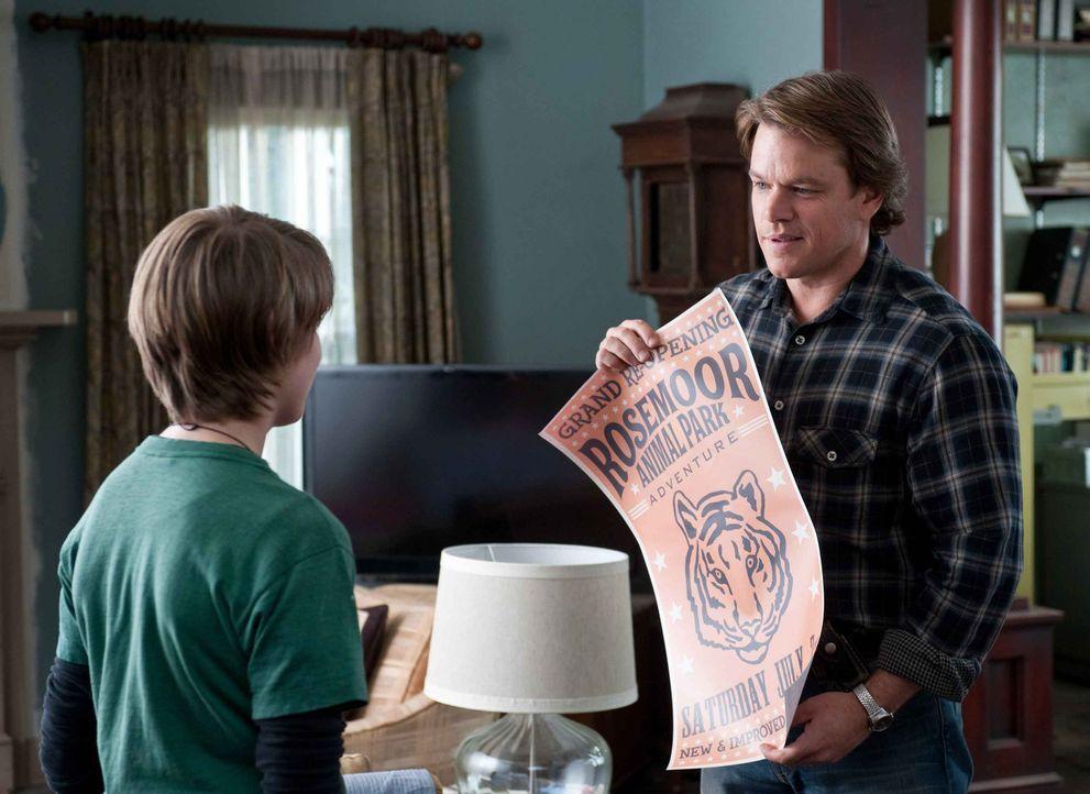 Auf der Suche nach einem neuen Heim für sich und seine Kinder Dylan (Colin Ford, l.) und Rosie kauft Benjamin Mee (Matt Damon, r.) einen baufälligen... - Bildquelle: 2011 Twentieth Century Fox Film Corporation. All rights reserved.