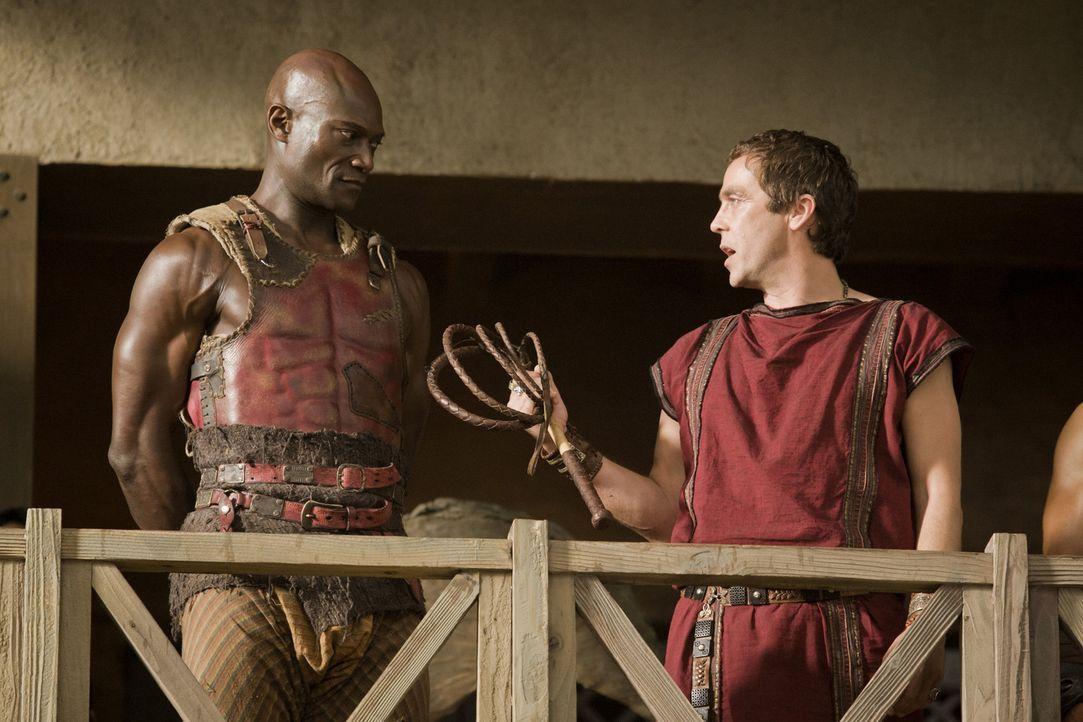 Nach dem Tod von Doctore, wird Drago (Peter Mensah, l.) von Batiatus (John Hannah, r.) zum Ausbilder der Gladiatoren ernannt .... - Bildquelle: 2010 Starz Entertainment, LLC