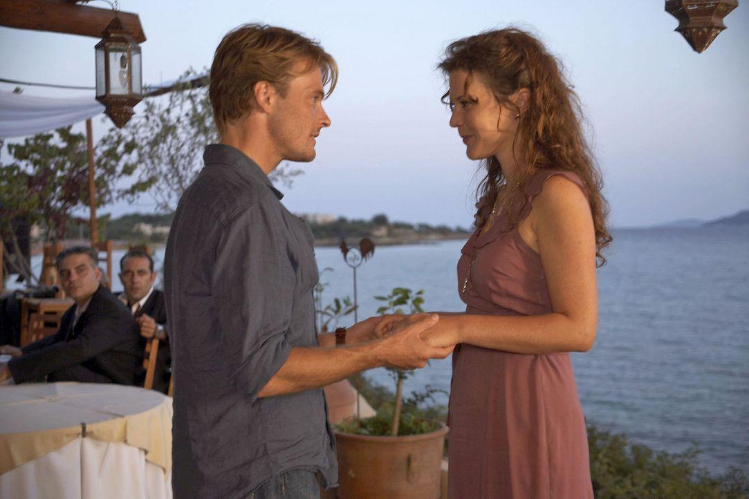 Als Thomas (Andreas Pietschmann, l.) im Hotel auf eine alte Freundin (Tatiani Katrantzi, r.) trifft, reagiert Claudia eifersüchtig.