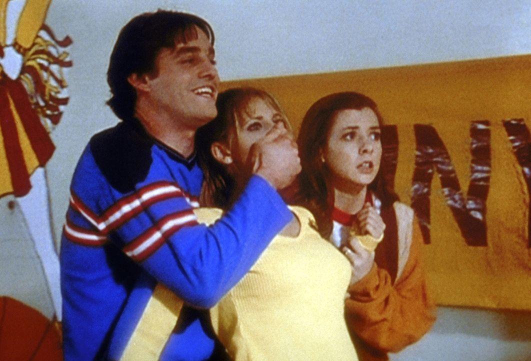 Xander (Nicholas Brendon, l.) und Willow (Alyson Hannigan, r.) halten Amy (Elizabeth Anne Allen, M.) in Schach, die sie der Hexerei verdächtigen. - Bildquelle: TM +   2000 Twentieth Century Fox Film Corporation. All Rights Reserved.