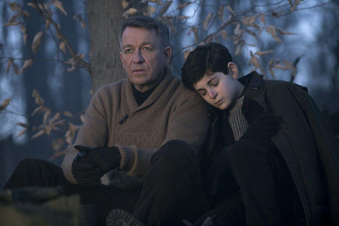 Alfred (Sean Pertwee, l.) steht Bruce (David Mazouz, r.) bei einer Tradition, die Bruce sonst immer mit seinem Vater durchgeführt hat, zur Seite, wä... - Bildquelle: Warner Bros. Entertainment, Inc.