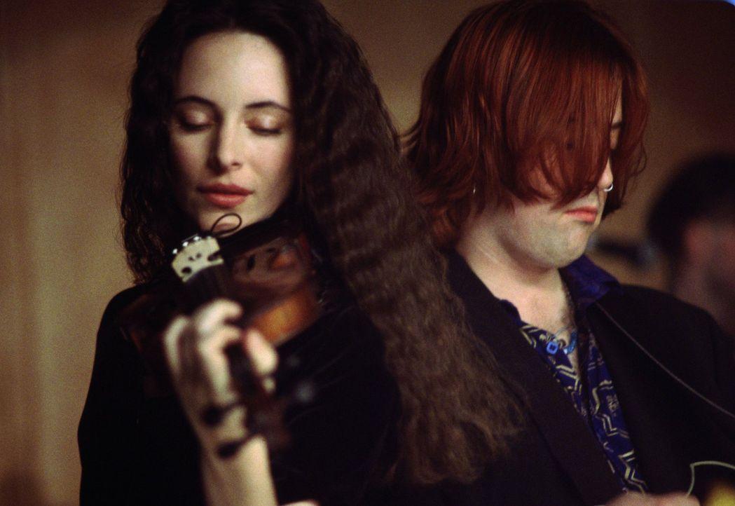 Die blinde Emma Brody (Madeleine Stowe) lebt für das Geige spielen. - Bildquelle: Warner Bros.