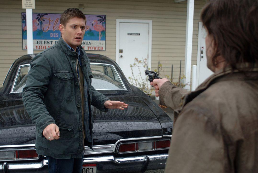Während Dean (Jensen Ackles, l.) und Sam das Verschwinden eines Mannes untersuchen, wird Dean von Kel (Kasey Kieler, r.) erschossen. Ein Schock fü... - Bildquelle: Warner Bros. Television