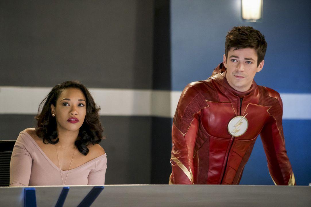 Iris (Candice Patton, l.) versucht Barry (Grant Gustin, r.) klarzumachen, dass nicht alle mit einer schwierigen Situation umgehen wie er, als Barry... - Bildquelle: 2017 Warner Bros.